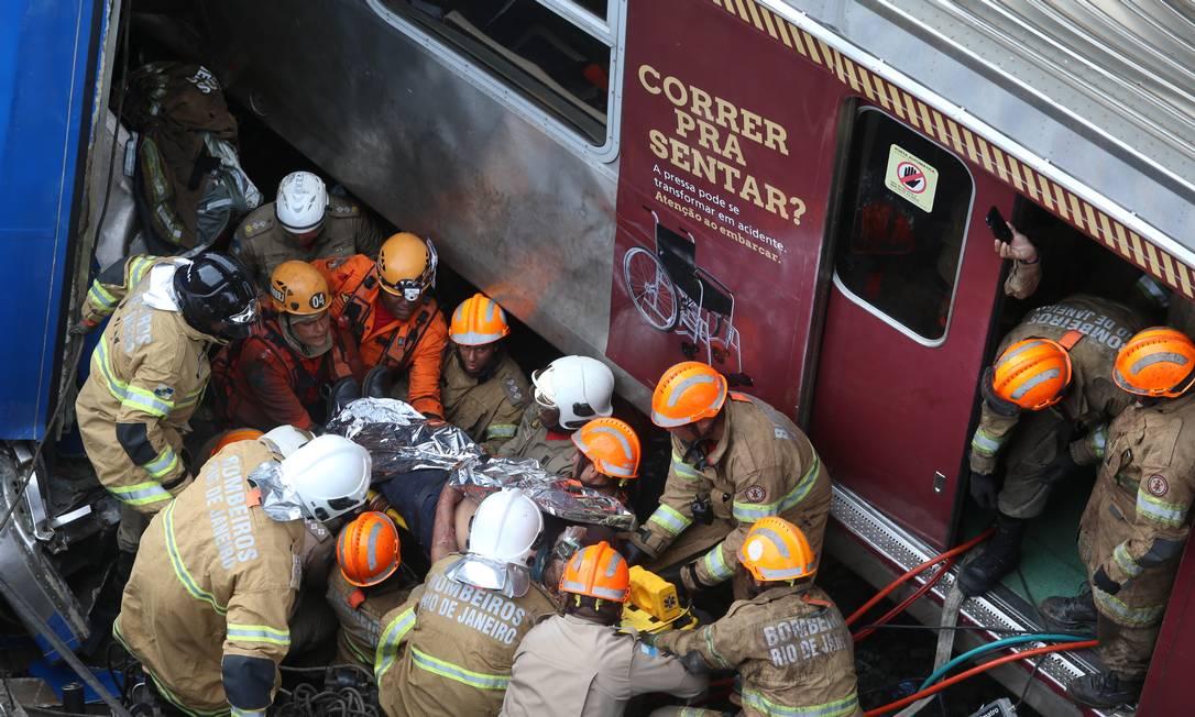 Maquinista morreu após choque entre dois trens em São Cristóvão Foto: Fabiano Rocha / Agência O GLOBO