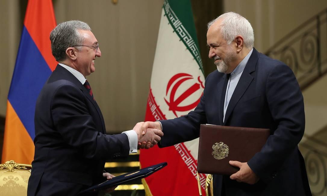 O ministro das Relações Exteriores do Irã, Mohammad Javad Zarif (à esquerda), cumprimenta seu contraparte armênio, Zohrab Mnatsakanyan, em Teerã nesta quarta: depois do anúncio de Rouhani, Zarif assinou dois acordos do Irã com a Armênia, em cerimônia exibida pela TV local, deixando clara a retomada de suas obrigações como mais alta autoridade diplomática do país Foto: / REUTERS