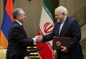 O ministro das Relações Exteriores do Irã, Mohammad Javad Zarif (à esquerda), cumprimenta seu contraparte armênio, Zohrab Mnatsakanyan, em Teerã nesta quarta: depois do anúncio de Rouhani, Zarif assinou dois acordos do Irã com a Armênia, em cerimônia exi Foto: REUTERS