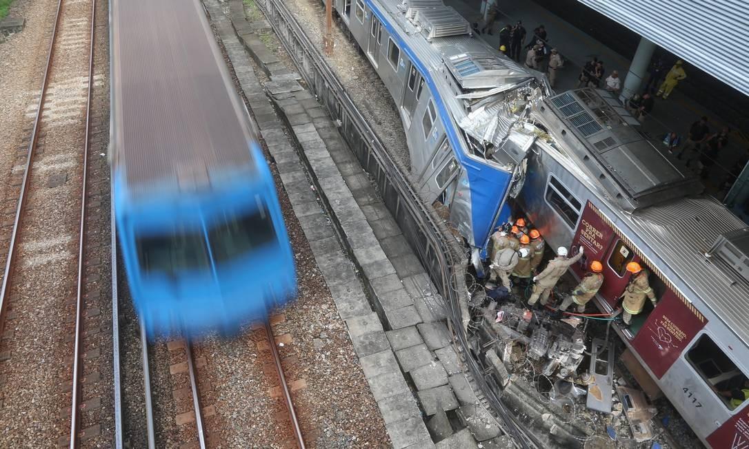 Dois trens bateram na Estação de São Cristóvão, na Zona Norte do Rio, na manhã desta quarta-feira. Foto: Fabiano Rocha / Fabiano Rocha