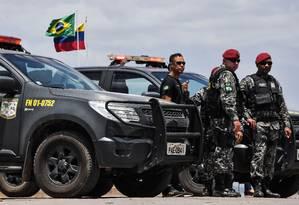 Soldados brasileiros guardam a fronteira com a Venezuela na cidade de Pacaraima, em Roraima: fontes do governo brasileiro confirmaram que a visita de Guaidó a Brasília tem um caráter meramente simbólico, apesar de o autoproclamado presidente interino da Foto: NELSON ALMEIDA / AFP