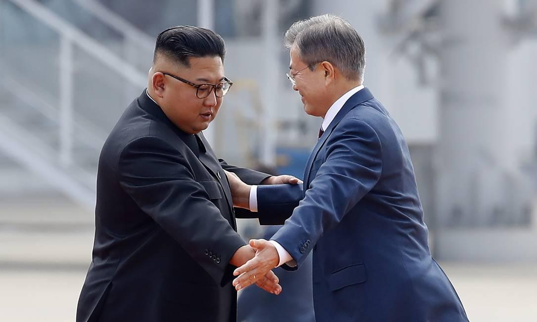 Líderes norte-coreano e sul-coreano, Kim Jong-un e Moon Jae-in, se cumprimentam em aeroporto de Pyongyang Foto: Pyeongyang Press Corps 18-09-2019 / AFP