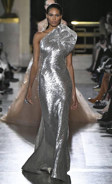 Ela também desfilou para o estilista Elie Saab Foto: Victor VIRGILE / Gamma-Rapho via Getty Images