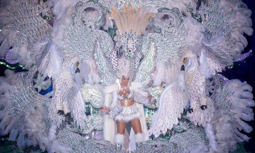 Uma concorrente a Rainha do Carnaval de Santa Cruz de Tenerife exibe seu vestido para os jurados. Algumas das vestimentas podem ter mais de cinco metros de altura e pesar mais de 80 quilos. O evento começou em 1º de fevereiro e termina em 10 de março, com orquestras tocando ritmos caribenhos e brasileiros Foto: DESIREE MARTIN / AFP