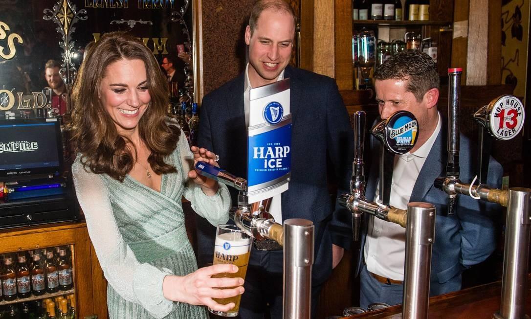O príncipe William e kate em um bar durante sua visita ao Empire Music Hall, em Belfast na Irlanda do Norte Foto: SAMIR HUSSEIN / AFP