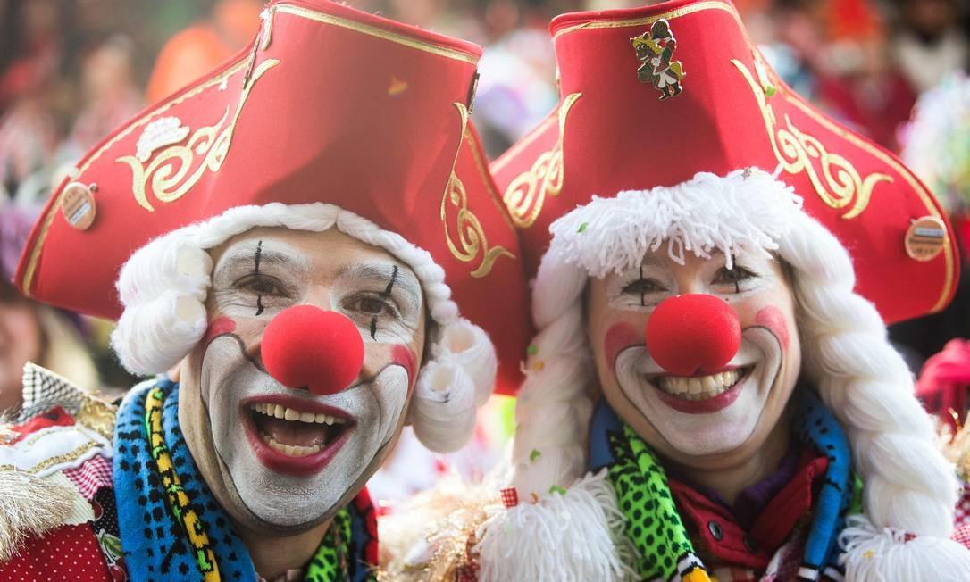 Em Colônia, na Alemanha, milhares de foiões comemoram o início do carnaval Foto: FEDERICO GAMBARINI / AFP