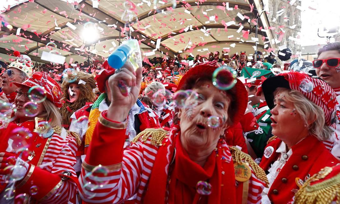 Fantasiados, alemães de Colônia festejam a chegada do carnaval Foto: WOLFGANG RATTAY / REUTERS