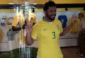 Russell Wilson posa com camisa da seleção Foto: Igor Siqueira