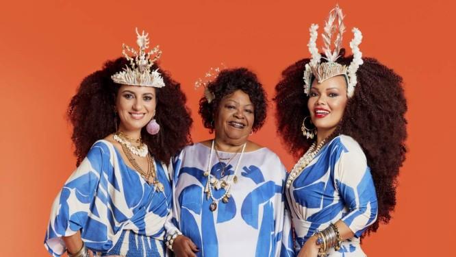 Aline, Tia Surica e Lucinha, todas vestem Alessa, coroas As Cabeças e acessórios Afrotik e Rosana Bernardes Foto: Leandro Tumenas