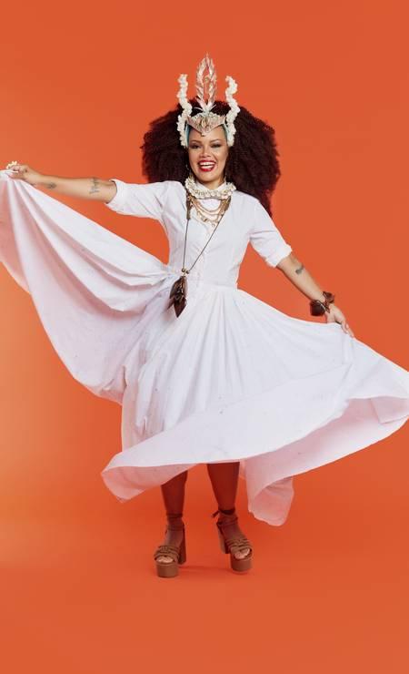 Vestido Gilda Midani, colar curto de búzios e colar médio de correntes, ambos Afrotik, e colar longo e bracelete, ambos Adriana Valente para Casa de Antonia. Foto: Leandro Tumenas