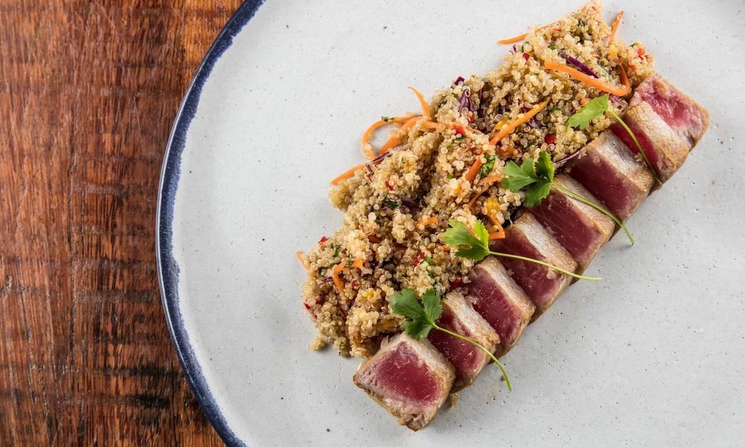 Atum selado com quinoa ao vinagrete nampla Foto: Tomas Rangel