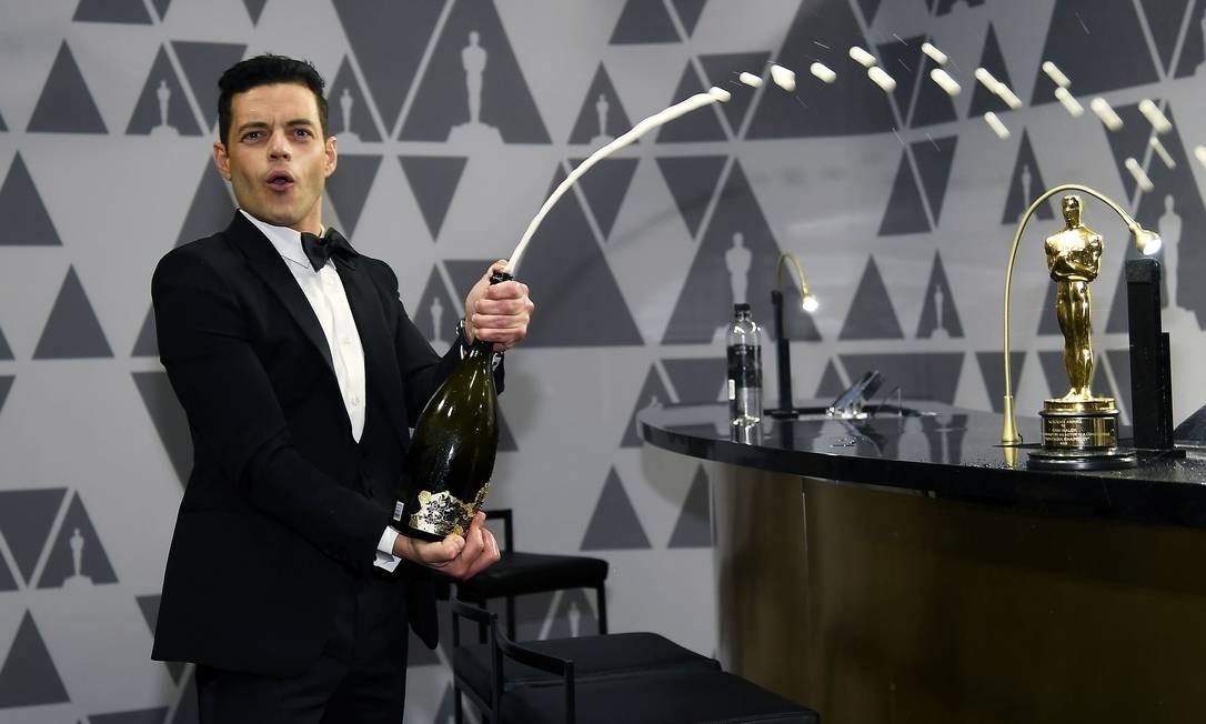 """Rami Malek está cotado para viver vilão do próximo filme da série 007: """"Bond 25"""". As negociações com o vencedor do Oscar de melhor ator por """"Bohemian Rhapsody"""" estão em fase final. Inicialmente, as filmagens da temporada final de """"Mr. Robot"""", onde Malek é protagonista, iriam entrar em conflito com as datas de gravação do novo filme. No entanto, parece que a equipe de Malek teria conseguido conciliar as duas gravações. Foto: KEVORK DJANSEZIAN / AFP"""