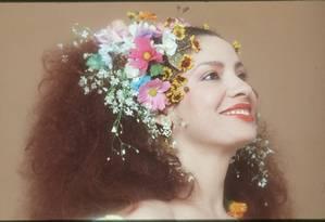 Clara Nunes e os tradicionais arranjos que usava na cabeça Foto: Wilton Montenegro