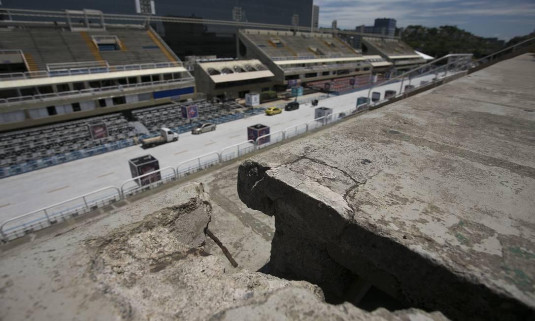 No dia 20 de fevereiro, O GLOBO esteve na Sapucaí e encontrou problemas; na ocasião, prefeitura afirmou que faria reparos Foto: Márcia Foletto / Agência O Globo