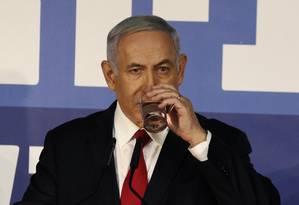 Premier de Israel bebe água enquanto faz pronunciamento à imprensa em sua residência na cidade de Jerusalém Foto: GALI TIBBON / AFP