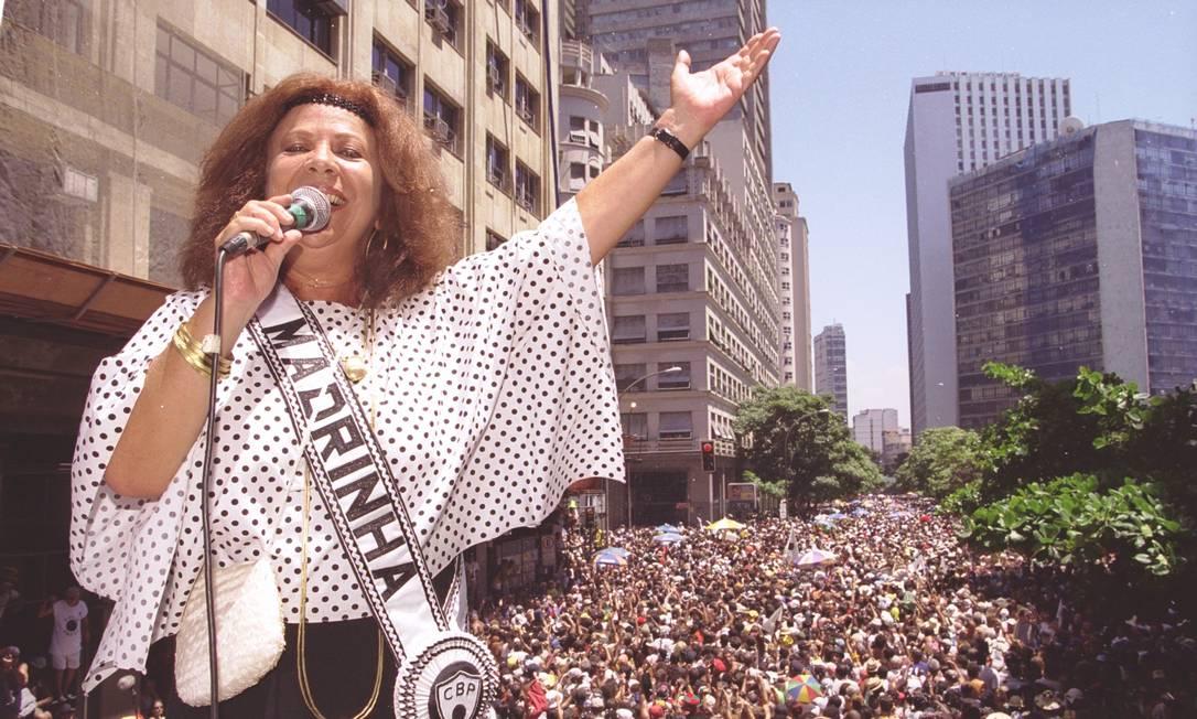 Bet Carvalho no desfile do Bloco do Bola Preta, em 2003 Foto: Mônica Imbuzeiro / Agência O Globo