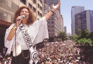 Beth Carvalho no desfile do Bloco do Bola Preta, no Rio, em 2003 Foto: Mônica Imbuzeiro / Agência O Globo