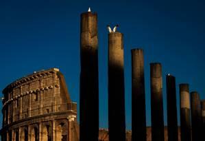 O Coliseu e as colunas ao longo da Via Sacra, a rua principal da Roma Antiga: capital da Itália é um paraíso para amantes de história Foto: LAURENT EMMANUEL / AFP