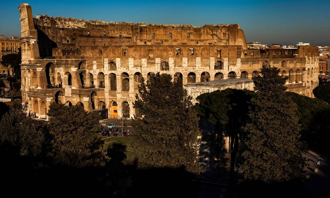 O Coliseu, aqui fotografado a partir do Monte Palatino, foi construído no Século I e chegou a ter capacidade para cerca de 80 mil pessoas Foto: LAURENT EMMANUEL / AFP