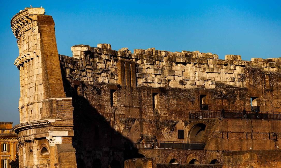Concluído no ano de 80 d.C., sob o nome de Anfiteatro Flaviano, o Coliseu foi o maior anfiteatro construído pelos romanos Foto: LAURENT EMMANUEL / AFP