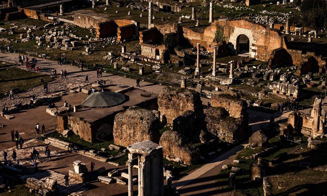 Ele é vizinho do igualmente impressionante Fórum Romano, centro político de um dos maiores impérios da história. Aqui, também fotografado a partir do Monte Palatino Foto: LAURENT EMMANUEL / AFP