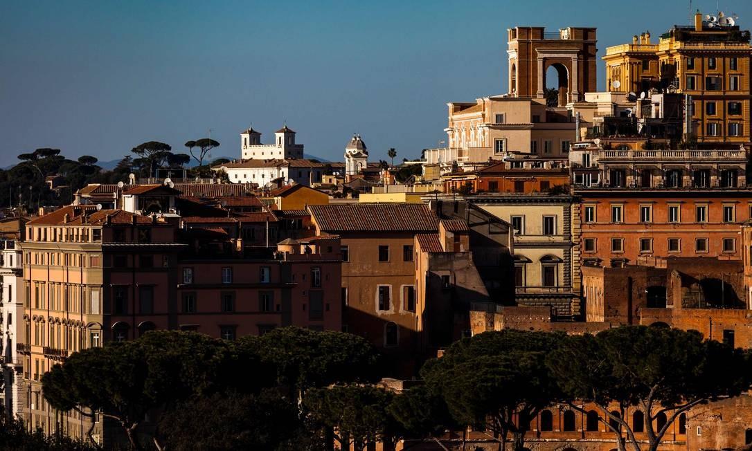 A Villa Medici (ao fundo), no Monte Pincio, e o centro de Roma também vistos a partir do Palatino Foto: LAURENT EMMANUEL / AFP