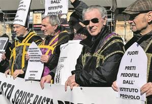 Manifestantes protestam diante do Vaticano, durante cúpula sobre abuso de menores, cobrando respostas do Papa: instituto para surdos na Itália e na Argentina acumula denúncias Foto: VINCENZO PINTO/AFP/23-2-2019