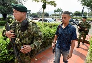Soldados colombianos escoltam um membro da Guarda nacional Bolivariana que desertou, em Cúcuta Foto: LUIS ROBAYO / AFP