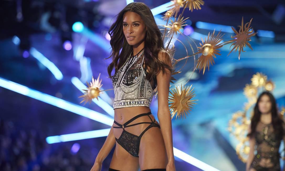 """Segundo o """"Models.com"""", a top francesa Cindy Bruna, apontada como novo affair de Neymar, é uma das manequins mais ricas do mundo. Culpa das campanhas de beleza que estrelou ao longo da carreira (pense em Chanel, Balmain, Saint Laurent...). Nesta galeria, remontamos a trajetória de Cindy, que tem no currículo trabalhos para marcas como Prada, Givenchy e Victoria's Secret (foto) Foto: Timur Emek / FilmMagic"""
