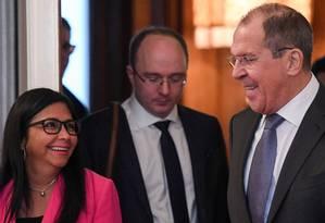 Ministro das Relações Exteriores da Rússia, Sergei Lavrov acompanha vice-presidente venezuelana, Delcy Rodríguez, durante reunião em Moscou Foto: KIRILL KUDRYAVTSEV 01-03-2019 / AFP