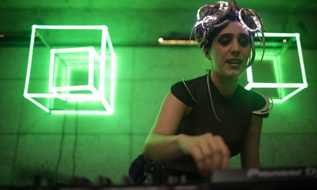 DJ anima o bloco Minha Luz é de LED Foto: Gabriel Monteiro / Agência O Globo