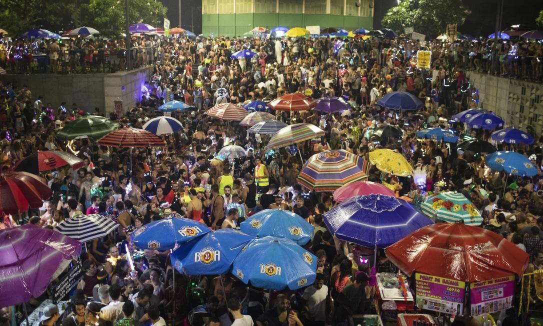 Uma multidão não arreda o pé apesar da chuva e confirma o sucesso do bloco Foto: Gabriel Monteiro / Agência O Globo