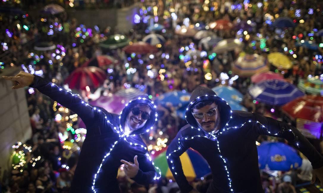 Quanto mais luz melhor: foliões usam a criatividade e se cobrem de LED Foto: Gabriel Monteiro / Agência O Globo