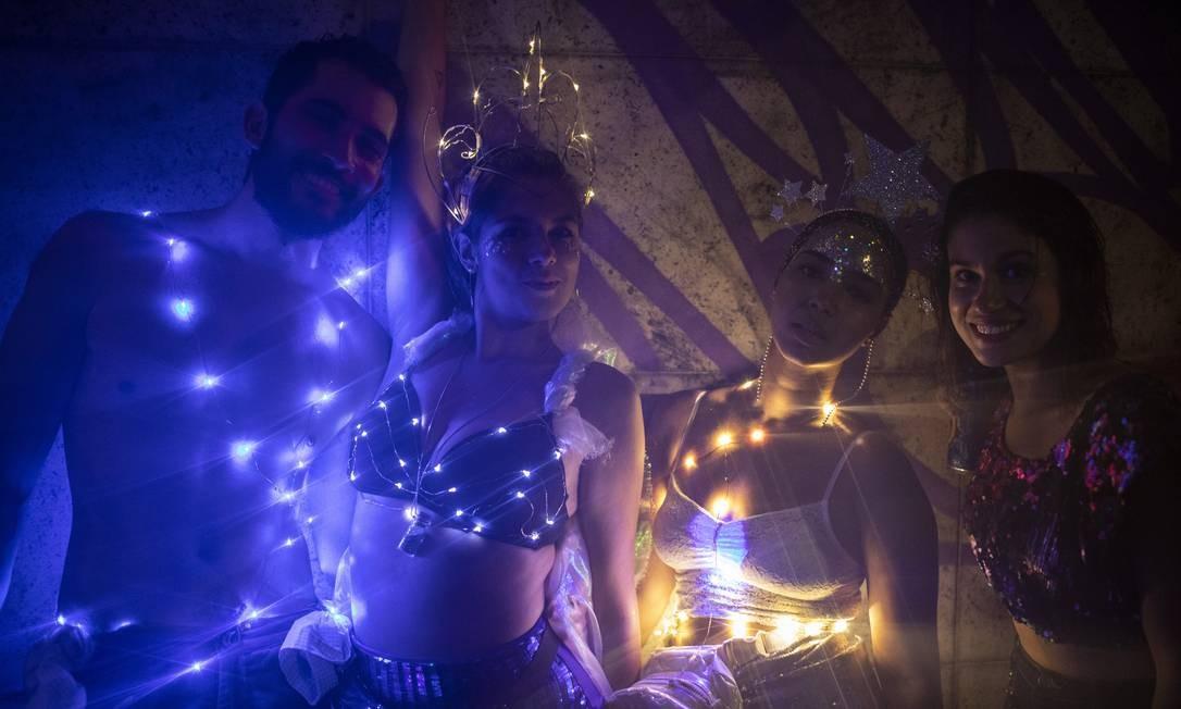 Mesmo no cantinho mais escuro, os integrantes do bloco Minha luz é de LED clareiam a madrugada Foto: Gabriel Monteiro / Agência O Globo