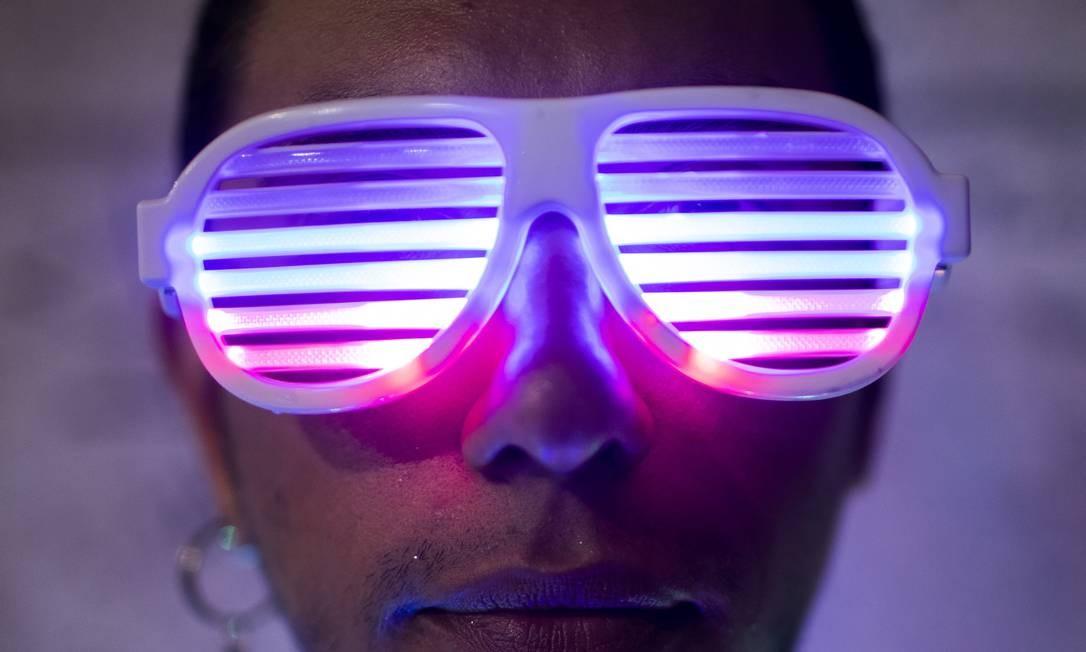 Óculos de LED: charme e estilo no bloco Foto: Gabriel Monteiro / Agência O Globo