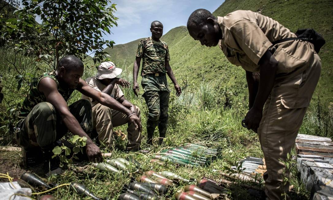Militares especializados em bombas preparam a destruição de mais de uma tonelada de morteiros, minas e granadas por razões de segurança no Congo Foto: JOHN WESSELS / AFP