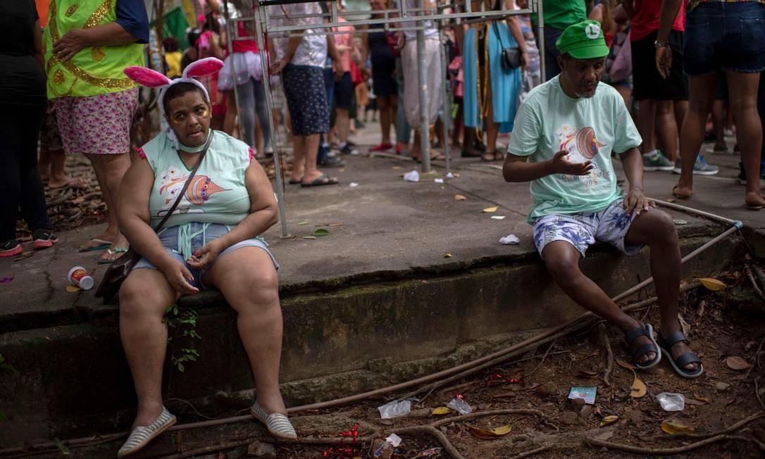 """O bloco """"Loucura Suburbana"""", que é formado por pacientes e funcionários do hospital psiquiátrico Nise da Silveira, desfila pelos arredores da instituição no Engenho de Dentro, Zona Norte do Rio de Janeiro Foto: MAURO PIMENTEL / AFP"""