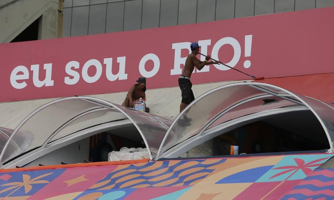Operários terminam a pintura de um camarote na Sapucaí Foto: Pablo Jacob / Agência O Globo