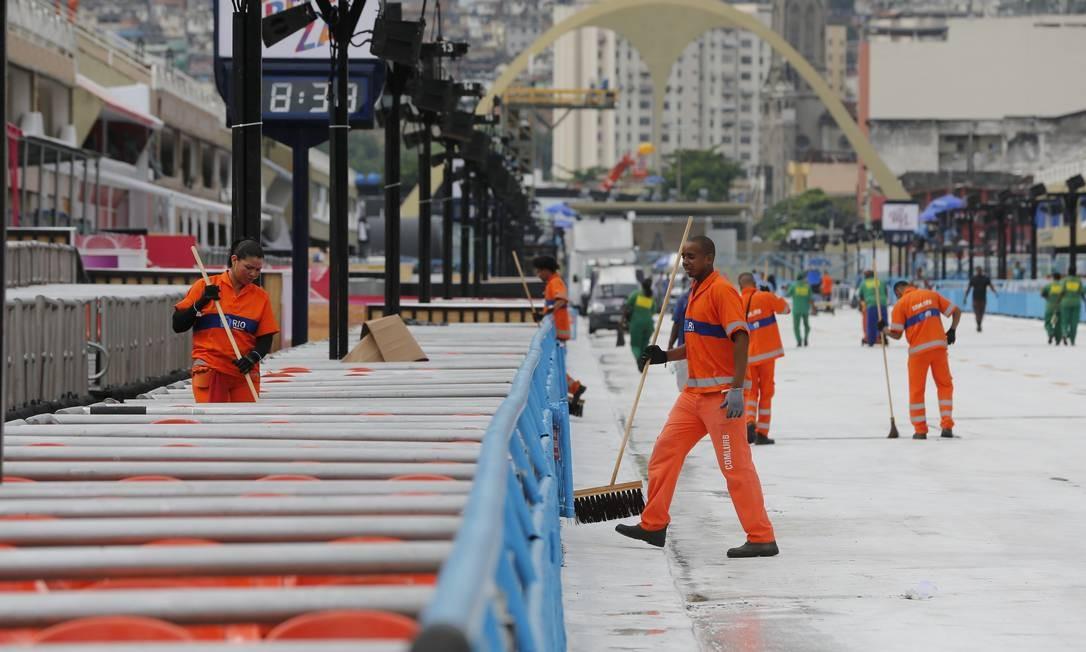 Garis fazem a limpeza do Sambódromo antes dos desfiles Foto: Pablo Jacob / Agência O Globo