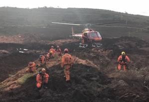 Equipes de socorro trabalham no resgate de vítimas após rompimento da barragem de Brumadinho Foto: Agência O Globo