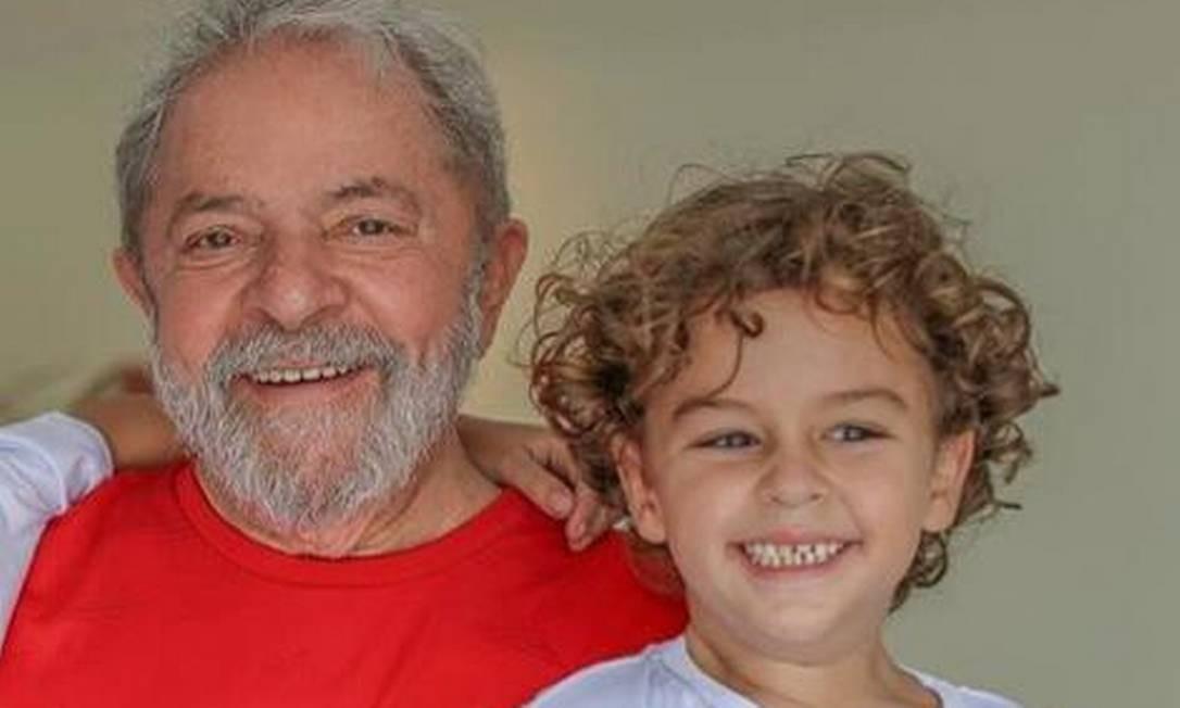 Lula e o neto, Arthur, de 7 anos, que morreu nesta sexta-feira vítima de meningite Foto: Reprodução/Facebook