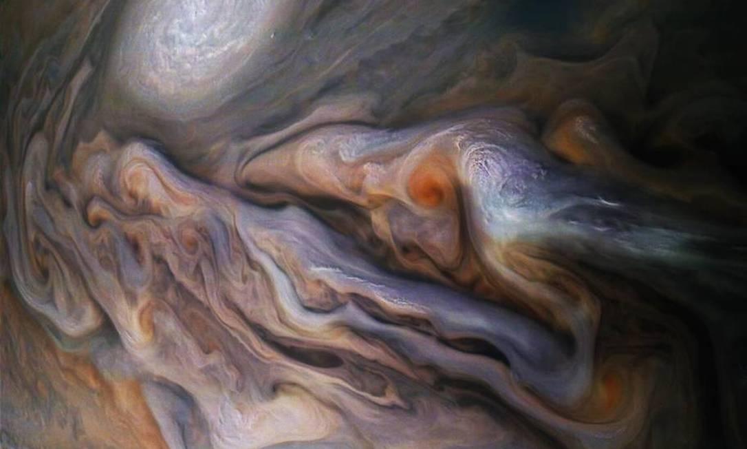 A atmosfera tempestuosa do gigante de gás se presta bem à fotografia, enquanto as nuvens constantemente se movem umas sobre as outras para formar belos padr?es Foto: NASA / JPL-Caltech / SwRI / MSSS / Gerald Eichst?dt / Seán Doran / NASA