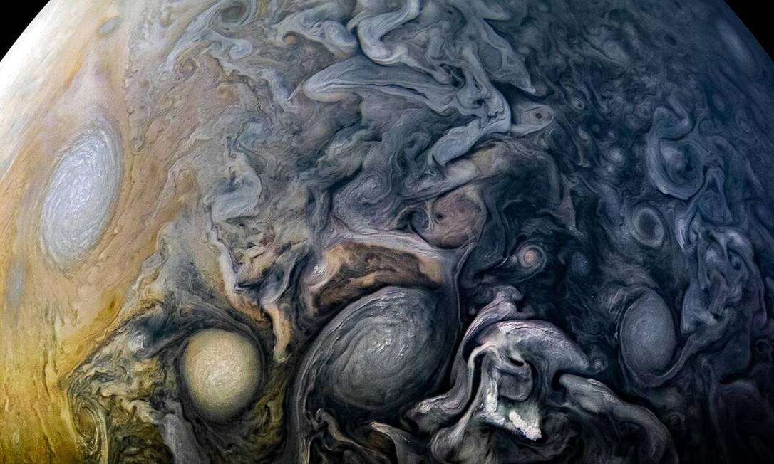 Juno tem orbitado Júpiter desde julho de 2016 e muitas vezes envia imagens de volta à Terra, sendo as mais recentes capturadas no início de fevereiro Foto: NASA / JPL-Caltech / SwRI / MSSS / Kevin M. Gill / NASA