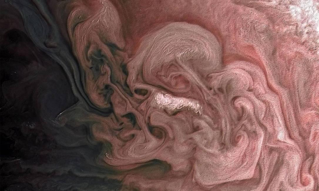 Uma tempestade com nuvens brilhantes no hemisfério norte de Júpiter Foto: NASA / JPL-Caltech / SwRI / MSSS / Matt Brealey / Gustavo BC / NASA