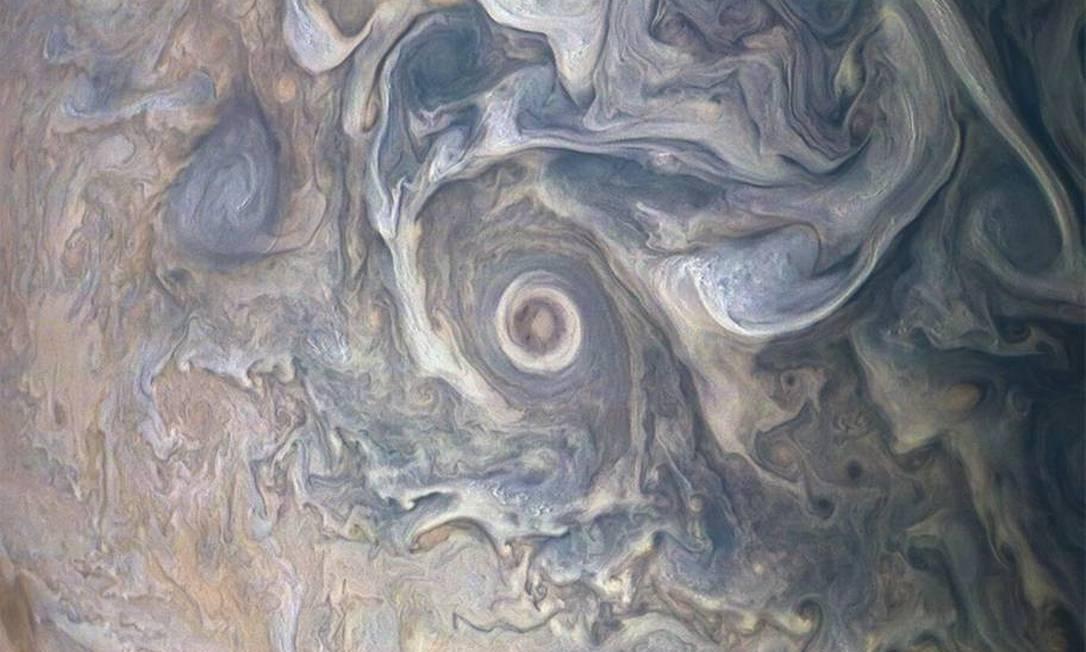 Os redemoinhos no volátil hemisfério norte de Júpiter são capturados nesta imagem colorida. Explosões de nuvens brancas aparecem espalhadas por toda a cena, com algumas sombras visivelmente projetadas nas camadas vizinhas de nuvens abaixo delas. Os cientistas estão usando sombras para determinar as distâncias entre camadas de nuvens na atmosfera de Júpiter, que fornecem pistas sobre sua composição e origem Foto: NASA / JPL-Caltech / SwRI / MSSS / Gerald Eichstäd / Seán Doran / NASA