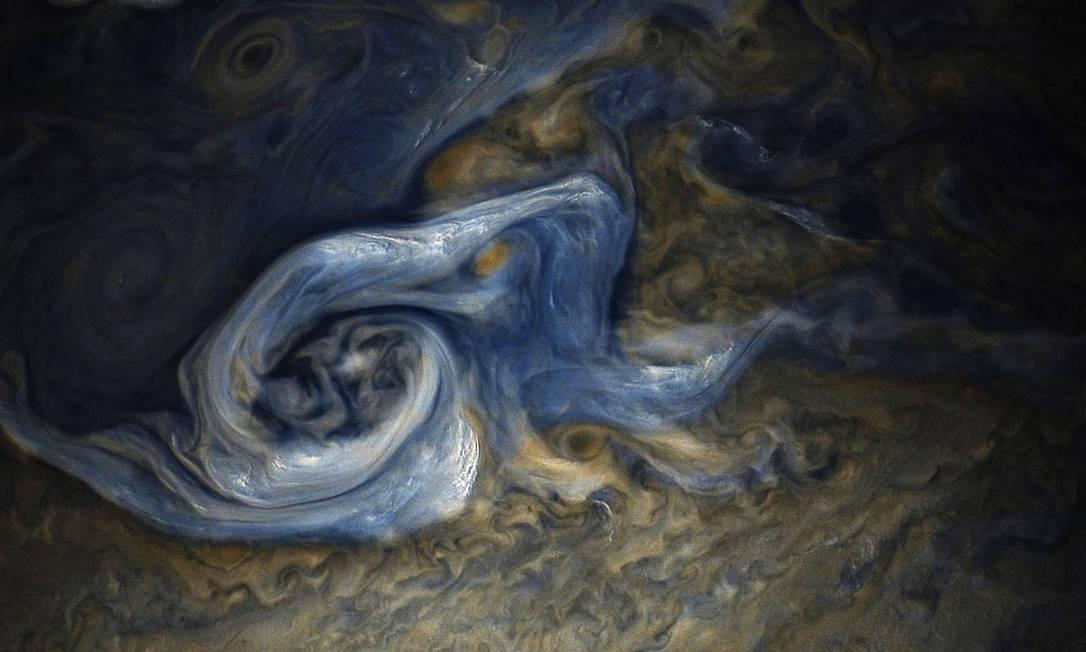Uma enorme tempestade no hemisfério norte de Júpiter. A tempestade está girando no sentido anti-horário com uma ampla gama de altitudes de nuvens. Espera-se que as nuvens mais escuras sejam mais profundas na atmosfera do que as nuvens mais brilhantes Foto: NASA / JPL-Caltech / SwRI / MSSS / Gerald Eichst?d / Seán Doran / NASA