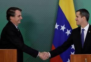 O presidente Jair Bolsonaro cumprimenta Juan Guaidó após encontro em Brasília Foto: UESLEI MARCELINO / REUTERS