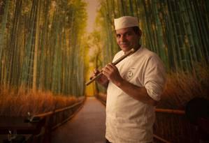 O chef Guilherme Campos: nas horas vagas, ele toca flauta com a equipe Foto: Alexandre Cassiano / Agência O Globo