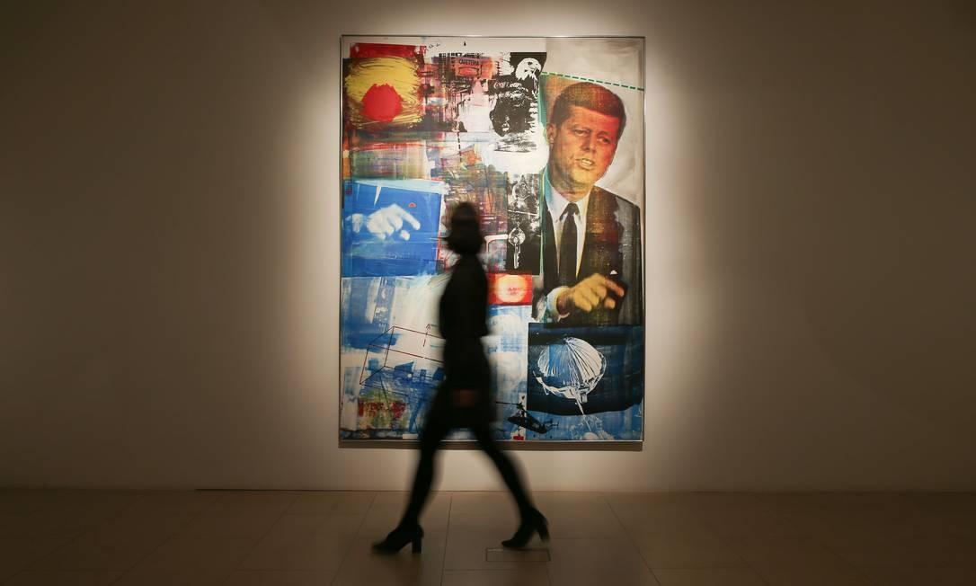 """Uma funcionária da Christie passa em frente a pintura intitulada """"Buffalo II"""", do artista norte-americano Robert Rauschenberg, estimada em 37 milhões de libras esterlinas (US $ 49 milhões) Foto: DANIEL LEAL-OLIVAS / AFP"""