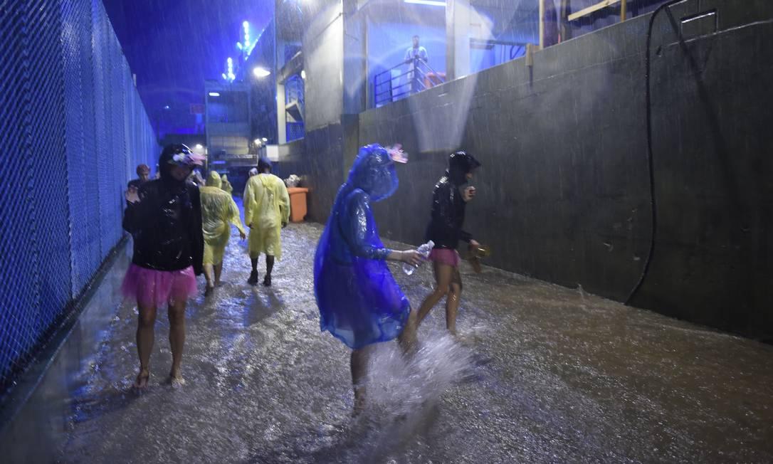 Forte temporal alaga Sambódromo do Rio Foto: Diego Mendes / Agência O Globo